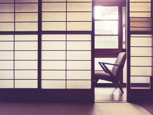 salón estilo japonés con biombos